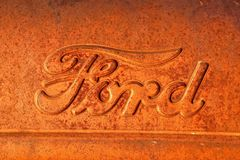 Ford logo på en rostig traktor Arkivbild