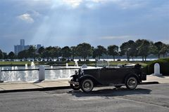 Ford Model Belle Isle- und Detroit-Skyline stockfotografie