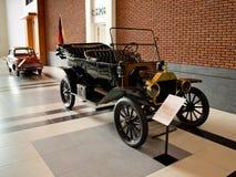 Ford Model T som turnerar bilen på det Louwman museet Royaltyfri Bild