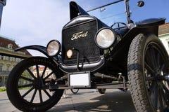 Ford Model T vanaf 1921 geparkeerd in het stadsvierkant Stock Afbeelding