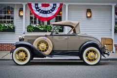Ford Model A (1930) under patriotisk Bunting Royaltyfri Foto