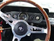 Ford Mustang的里面看法在1967年制造的 库存照片