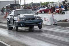 Ford Mustang自行车前轮离地平衡特技 库存照片