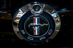 Ford Mustang,特写镜头的标志 免版税库存照片