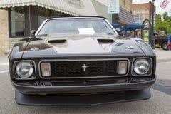 1973年Ford Mustang黑敞篷车汽车正面图 库存照片