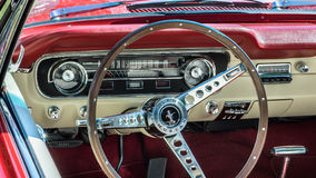 1964年1/2 Ford Mustang仪表板 免版税库存照片
