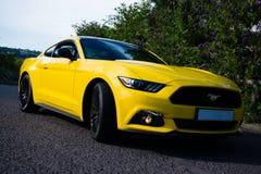 2017 Ford Mustang - amarillo triple Fotos de archivo libres de regalías