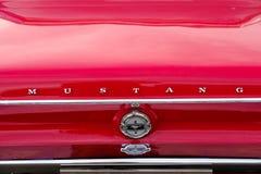 Ford Mustang-autoembleem op de retro kap Stock Fotografie