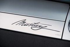 Ford Mustang-Autologo auf dem Retro- Armaturenbrett Lizenzfreies Stockfoto