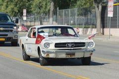 Ford Mustang clásico con los veteranos Imagenes de archivo