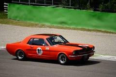 1966 Ford Mustang con techo duro de primera generación en Monza Fotos de archivo libres de regalías