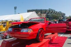 Ford Mustang Convertible op vertoning tijdens DUB Show Tour Stock Afbeelding