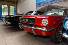 Ford Mustang en Dodge-Lader Stock Foto's