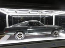 Ford Mustang Fastback布利特汽车在晚上 免版税图库摄影