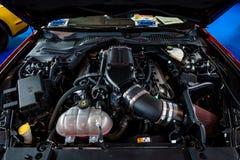 Ford Mustang GT超负荷的V-8的引擎, 2017年 免版税图库摄影