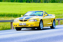 Ford Mustang gt 1998黄色 免版税库存照片