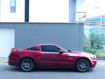 Ford Mustang GT 5 0 V8 met aluminiumwielen in Miraflores-district van Lima Stock Foto's
