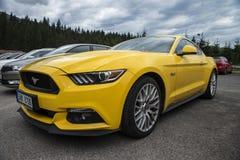 Ford Mustang in het parkeerterrein Royalty-vrije Stock Afbeeldingen
