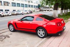 Ford Mustang omhoog bij de stadsstraat wordt geparkeerd in de zomerdag die Royalty-vrije Stock Afbeeldingen