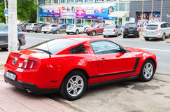 Ford Mustang omhoog bij de stadsstraat wordt geparkeerd in de zomerdag die Royalty-vrije Stock Foto