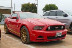 Ford Mustang TdF samlar den 50th årsdagen i Lima Arkivfoton