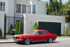 Ford Mustang V289 bouwde 1967 geparkeerd in Lima in Royalty-vrije Stock Foto's