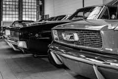 Ford Mustang y cargador de Dodge Imagenes de archivo