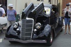 Ford noir 1935 est au salon de l'Auto Photographie stock