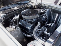 Ford With Open Hood Showing-Motor en Andere Componenten stock fotografie