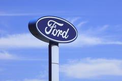 Ford-signage agains een blauwe, bewolkte hemel royalty-vrije stock foto