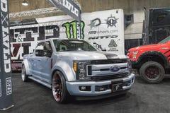 Ford Super Duty Customized en la exhibición durante salón del automóvil del LA imágenes de archivo libres de regalías
