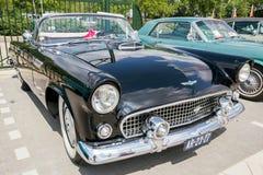 1956年Ford Thunderbird敞蓬车葡萄酒汽车 库存照片