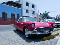 Ford Thunderbird Coupe vermelho e branco em Lima fotos de stock royalty free