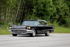 Ford Thunderbird negro clásico en el camino Fotos de archivo