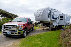 Ford Truck met Poolvos Vijfde Wiel Stock Foto's