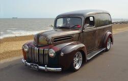 Ford Van clásico en la 'promenade' de la orilla del mar foto de archivo