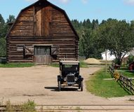 Ford With Wooden Barn modèle antique photo stock