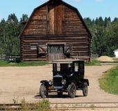 Ford With Wooden Barn modèle antique photographie stock libre de droits