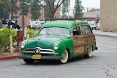 Ford Woodie Wagon-Auto auf Anzeige Lizenzfreie Stockbilder