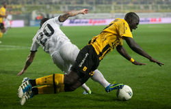 Forderung der Kugel zwischen Spielern des Fußballs Lizenzfreie Stockfotos