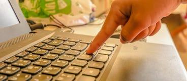 Forefinger нажимает вниз клавиатуру стоковые фото