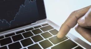 Forefinger stawia ponownego nastrojonego guzika dalej w biznesu wzoru laptopie na parawanowego przedstawienia tła białej białej t obraz royalty free