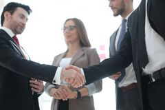 foreground Χειραψία των επιχειρηματιών στοκ εικόνα