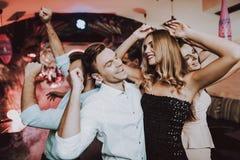 foreground Amici di dancing Uomo Donna celebrazione fotografie stock libere da diritti