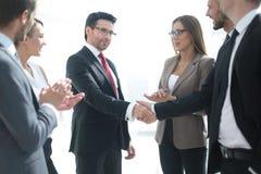 foreground Apretón de manos de hombres de negocios imagenes de archivo