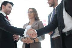 foreground Apretón de manos de hombres de negocios imagen de archivo