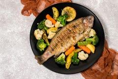 Forel met groenten wordt gebakken die stock foto's