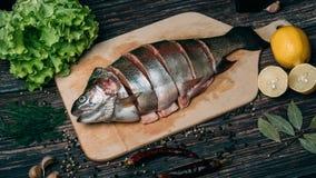 Forel in stukken op een houten Raad wordt gesneden die Verse rode vissen op de lijst royalty-vrije stock foto