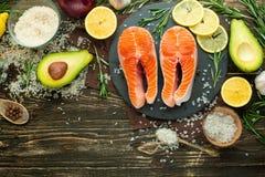 Forel, zalm, zalm verse stukken rode vissen, met groenten Weergeven van hierboven, met ingrediënten Achtergrond, boek van ketting royalty-vrije stock fotografie