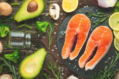 Forel, zalm, zalm verse stukken rode vissen, met groenten Weergeven van hierboven, met ingrediënten Achtergrond, boek van ketting stock afbeeldingen